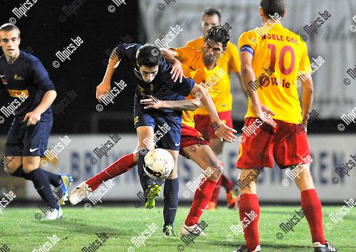 2013-09-07 / voetbal / seizoen 2013-2014 / Oosterzonen - Woluwe-Zaventem / Maico Gerritsen (m) (Oosterzonen) in een duel om de bal met Thomas Renier (l) (Woluwe-Zaventem)