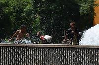 ATENCAO EDITOR: FOTO EMBARGADA PARA VEICULOS INTERNACIONAIS. SAO PAULO, SP, 07 DE DEZEMBRO DE 2012 - Garotos brincam nas aguas da fonte da Praca da Se, na tarde desta sexta feira, 07, regiao central da capital. A cidade tem temperatira de 33 graus no inicio desta tarde.  FOTO: ALEXANDRE MOREIRA - BRAZIL PHOTO PRESS.