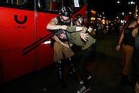 CURITIBA, PR,06.02.2017 – PROTESTO-PR – Manifestante é preso durante a realização do protesto contra aumento do valor da passagem de ônibus na noite desta segunda feira (06), no centro de Curitiba.(Foto: Paulo Lisboa/Brazil Photo Press)