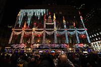 Erleuchtete Fassade des Kaufhaus SAKS - 08.12.2019: New York