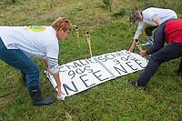 Nederland, Boxtel, 14 sept  2013<br /> Manifesatie tegen schaliegas proefboringen in  Boxtel. Tegenstanders van schaliegas leggen borden met leuzen neer op de lokatie voor proefboringen in Boxtel.<br /> Foto(c): Michiel Wijnbergh