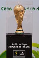 ATENÇÃO EDITOR FOTO EMBARGADA PARA VEÍCULOS INTERNACIONAIS - SAO PAULO, SP, 22 SETEMBRO DE 2012 – TROFÉU DA FINAL DA COPA 2014 - Os torcedores paulistanos podem conferir o troféu que será entregue à seleção campeã da Copa do Mundo da FIFA Brasil 2014. O troféu ficará em exposição neste sábado (22), das 10 as 16hs na loja Centauro do Morumbi Shopping, no bairro do Morumbi em São Paulo. FOTO LEVI BIANCO BRAZIL PHOTO PRESS.