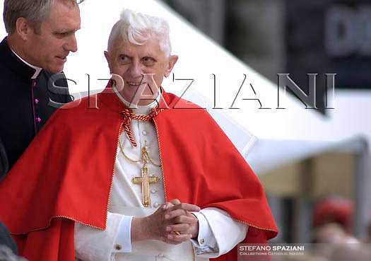Pope Benedict XVI waves as he leaves a holy mass in St. Stephens Cathedral,  in Vienna. During the Angelus prayer in Vienna's St. Stephen's Square..,September 9, 2007. .. ..