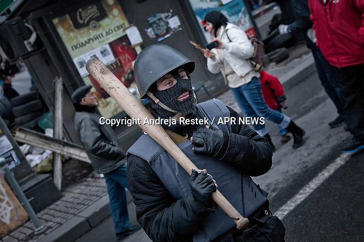 An ukrainian revolutionist keeping the security during the occupation of Maidan square in Kiev, Ukraine.<br /> Rivoluzionario di Piazza Maidan si occupa di garantire la sicurezza, Kiev, Ukraina.