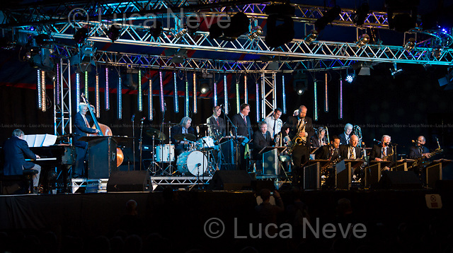 Ealing (London), 27-28/07/2013. Ealing Jazz Festival 2013 - Dick Esmond&rsquo;s Sound of 17 Big Band.<br /> <br /> Andy Gibson (Split-lead trumpet)<br /> Giles Straw (Split-lead trumpet)<br /> Jon Lewis (Trumpet)<br /> Ed Benstead (Trumpet)<br /> Andy Watson (Lead trombone)<br /> Nick Mills (Trombone)<br /> Chris Gower (Trombone)<br /> Roger Williams (Bass trombone)<br /> Jimmy Hastings (Lead alto sax, soprano sax, clarinet)<br /> John Sands (Alto sax, flute)<br /> Vasilis Xenopoulos (Lead tenor sax)<br /> Damian Cook (Tenor sax)<br /> Mike Rubie (Baritone sax)<br /> Alan Berry (Piano)<br /> Ken Rankine (Double bass)<br /> Dick Esmond (Drums)<br /> Jim Trimmer (Vocals)