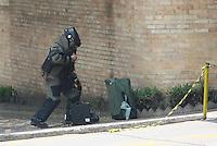SAO PAULO,SP - 24.10.14 -  SUSPEITA DE BOMBA- O GATE foi chamado por conta de uma suspeita de Bomba na Rua Dona Veridiana nesta manhã de sexta feira(24) na região central de São Paulo, a mala suspeita foi deixada beirando o muro da Santa Casa no bairro da Santa Cecilia. ( Foto: Aloisio Mauricio / Brazil Photo Press )