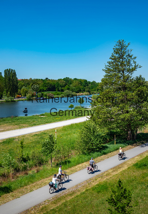 Germany, Bayern, Unterfranken, near Volkach am Main: cyclists on the Main-Bicycle-Route | Deutschland, Bayern, Unterfranken, bei Volkach am Main: unterwegs auf dem etwa 600 Kilometer langen Main-Radweg
