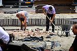 UTRECHT - In het centrum van Utrecht aan de voet van de Domtoren wordt de bovenste 40 centimeter van de oude pijlers van het in 1674 door een storm verwoeste middenschip van de oude Domkerk verwijderd. De grond rondom deze historische pijlers wordt in opdracht van Initiatief Domplein tot 5 meter diepte uitgegraven voor een ondergrondse publiekscentrum van 350 m2 groot waarin de archeologische geschiedenis van Utrecht zichtbaar wordt. Om ruimte te maken voor het betonnen (of glazen) dak moet de grond zoals gebruikelijk bij elk bouwplaats, uitgegraven worden. Op de achterzijde is de bekisting (en de dikte) van dit betonnen dak in aanbouw zichtbaar. COPYRIGHT TON BORSBOOM