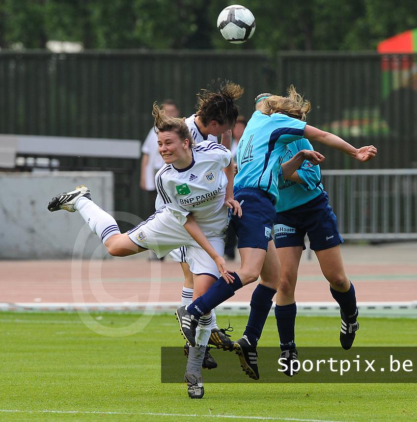 15 Mei 2010 Bekerfinale vrouwen : Sinaai Girls - RSC Anderlecht  : duel met oa Anneleen Segers (links).foto DAVID CATRY / Vrouwenteam.be