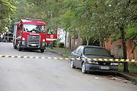 SAO PAULO, SP, 03.04.2015 - MORTE FILHO DO GOVERNADOR / SAO PAULO - Movimentação na manhã desta sexta-feira,03, dentro do condomínio fechado em frente a casa que o helicóptero caiu, em Carapicuíba, grande São Paulo.  O filho do governador de são paulo morreu na tarde desta quinta-feira,02, após sofrer acidente de helicóptero em Carapicuíba na grande São Paulo. (Foto: Fernando Neves/ Brazil Photo Press).