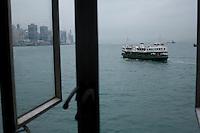 Un ferry quitte le port de Tsmishatsui pour rejoindre Central et son quartier d'affaires
