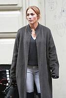 Jennifer Lopez y Treat Williams que filman en el sistema de la segunda ley en New York City el 5 de diciembre de 2017.<br /> <br /> NEW YORK, NY - DECEMBER 5: Jennifer Lopez and Treat Williams filming on the set of Second Act in New York City on December 5, 2017.