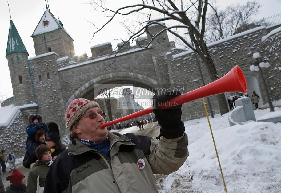 Amérique/Amérique du Nord/Canada/Québec/ Québec: Lors du Carnaval de Québec  animation devant la Porte Saint-Louis, on soufle dans les trompettes rouges