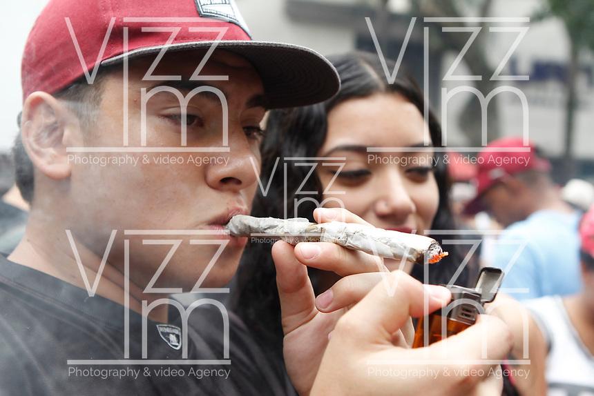 MEDELLÍN - COLOMBIA, 05-05-2018: Un hombre fuma un cigarrillo de marihuana durante la Décima Marcha Mundial de La marihuana hoy 05 de mayo de 2018 en la ciudad de Medellín, Colombia. / A man smokes a cigarrette of marijuana during the 10ª World March of Marijuana today May 5 of 2018 in Medellin City. Photo: VizzorImage / León Monsalve / Cont