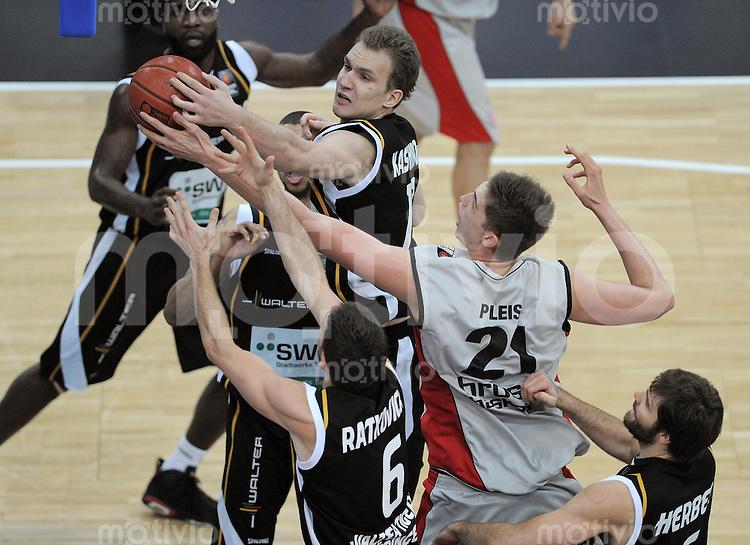Basketball   1. Bundesliga 2010/2011  14.11.2010 Walter Tigers Tuebingen -  Brose Baskets Tibor Pleiss (Mitte re, Bamberg) gegen Anatoly Kashirov (Mitte li, Tigers) und Branislav Ratkovica (Mitte unten, Tigers) und Johannes Herber (re, Tigers)