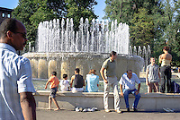 Milano, zona centro, gente alla fontana davanti al Castello Sforzesco --- Milan, downtown, people at the fountain in front of the Sforza Castle