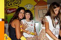 """SAO PAULO, SP, 10 DE MARCO 2012. ESPETACULO BOB ESPONJA, A ESPONJA QUE PODIA VOAR.A apresentadora Vera Viel com as filhas Maria e Clara, no espaco montado para as criancas brincarem antes da estreia para VIPS do espetaculo """"Bob Esponja, a Esponja que Podia Voar"""", no<br /> Credicard Hall, em Santo Amaro, regiao sul de SP, na tarde deste sabado, 10. (FOTO: MILENE CARDOSO - BRAZIL PHOTO PRESS)"""