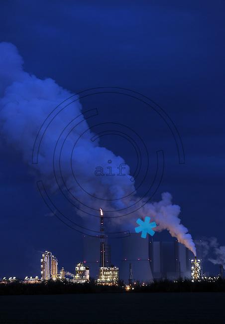 Kraftwerk Lippendorf bei B&ouml;hlen am Abend - besonders weit sichtbar ist die Gasfackel. <br /> <br />  Foto: Norman Rembarz