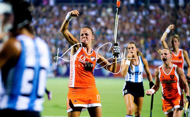ROSARIO - Maartje Paumen heeft de stand 0-1 gebracht tijdens de halve finale tussen Nederland en Argentinie bij de Champions Trophy Hockey 2012.