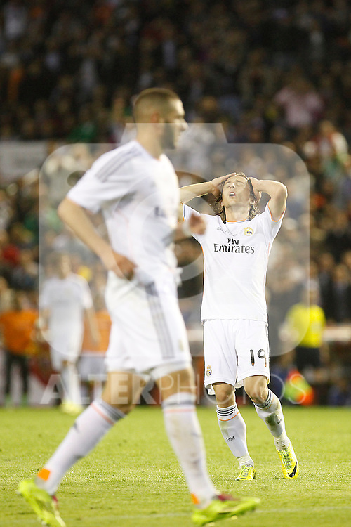 Real Madrid´s Luka Modric (R) regrets missing a goal chance during the Spanish Copa del Rey `King´s Cup´ final soccer match between Real Madrid and F.C. Barcelona at Mestalla stadium, in Valencia, Spain. April 16, 2014. (ALTERPHOTOS/Victor Blanco)