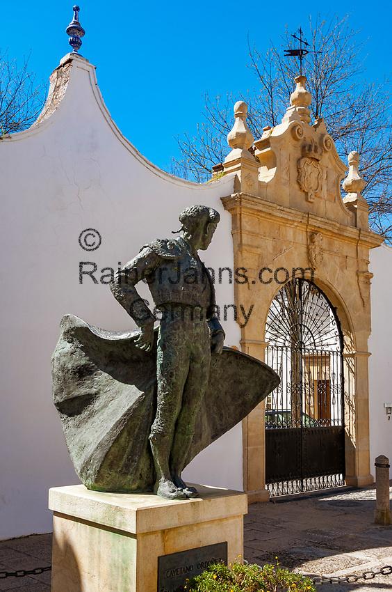 Spanien, Andalusien, Provinz Málaga, Ronda: Cayetano Ordonez, Statue vor Rondas beruehmten Plaza de Toros (Stierkampfarena), Torero   Spain, Andalusia, Province Málaga, Ronda: Cayetano Ordonez, statue at Ronda's famous Plaza de Toros (bull fight arena), Torero