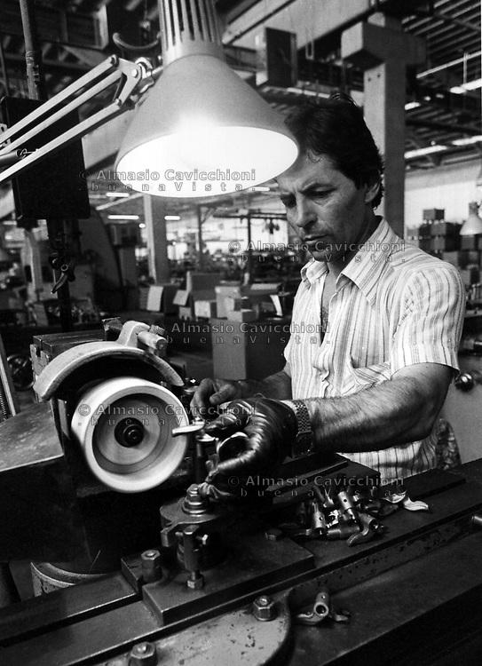 Borgo Panigale, Bologna, operaio al lavoro nella fabbrica di moto Ducati.<br /> Borgo Panigale, Bologna: worker in the motorcycle industry Ducati
