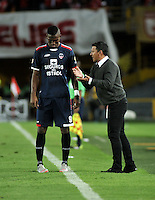 BOGOTA - COLOMBIA - 14-05-2016: Nilton Bernal (Der.), técnico de Fortaleza FC, da instrucciones a Juan Moreno (Izq.) jugador de Fortaleza FC, durante partido por la fecha 18 entre Independiente Santa Fe y Fortaleza FC, de la Liga Aguila I-2016, en el estadio Nemesio Camacho El Campin de la ciudad de Bogota.  / Nilton Bernal (R), coach of Fortaleza FC, gives instructions to Juan Moreno (L), player of Fortaleza FC, during a match of the date 18 between Independiente Santa Fe and Fortaleza FC, for the Liga Aguila I -2016 at the Nemesio Camacho El Campin Stadium in Bogota city, Photo: VizzorImage / Luis Ramirez / Staff.