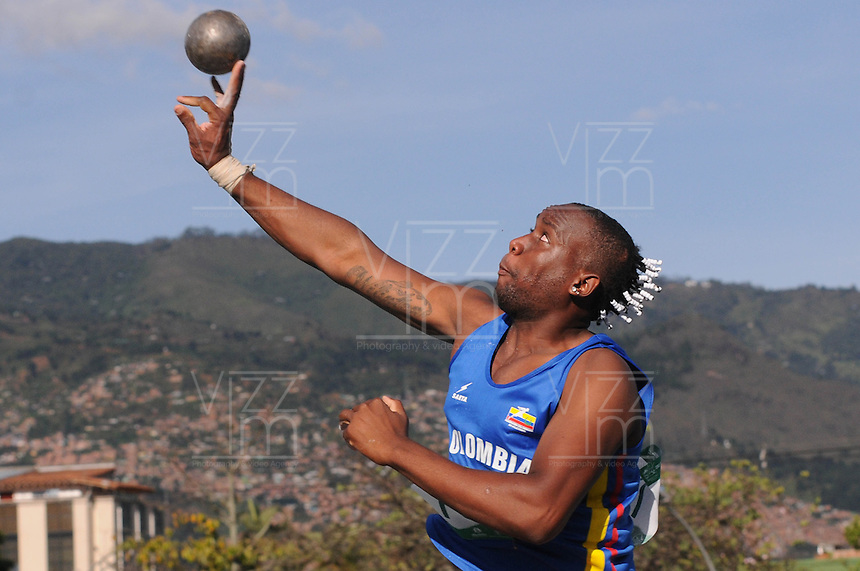 "MEDELLÍN -COLOMBIA-25-05-2013. El atleta colombiano Willington Aguilar durante la prueba de lanzamiento de bala durante el Grand Prix Internacional ""Ximena Restrepo"" realizado en Medellín./ Athlete Willington Aguilar from Colombia during his presentation in shot put men during the Grand Prix Internacional ""Ximena Restrepo"" in Medellin. Photo: VizzorImage/STR"
