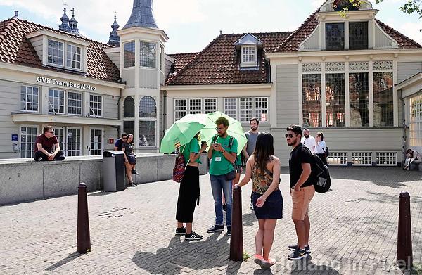 Nederland - Amsterdam - 2018.  Toeristen verzamelen zich voor de Free Tour, bij Centraal Station.  Foto Berlinda van Dam / Hollandse Hoogte.