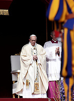 Papa Francesco celebrare la Messa di Pasqua in piazza San Pietro, Citt&agrave; del Vaticano, 16 aprile 2017.<br /> Pope Francis celebrats the Easter mass in Saint Peter's square at the Vatican, on April 16 2017.<br /> UPDATE IMAGES PRESS/Isabella Bonotto<br /> <br /> STRICTLY ONLY FOR EDITORIAL USE