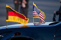 Berlin, Fahnen von Deutschland und den Vereinigten Staaten am Dienstag (18.06.13) am Flughafen Tegel bei der Ankunft des US-amerikanischen Praesidenten Barack Obama in Berlin an seinem Auto. Foto: Steffi Loos/CommonLens