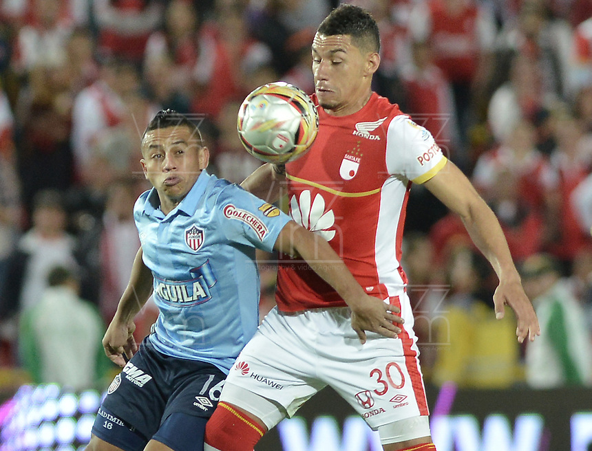 BOGOTÁ -COLOMBIA, 03-10-2015. Yeison Gordillo (Der) jugador de Independiente Santa Fe disputa el balón con Vladimir Hernandez (Izq) jugador de Atlético Junior durante partido por la fecha 15 de la Liga Aguila II 2015 jugado en el estadio Nemesio Camacho El Campín de la ciudad de Bogotá./ Yeison Gordillo (R) player of Independiente Santa Fe fights for the ball with Vladimir Hernandez (L) player of Atletico Junior during the match for the date 15 of the Aguila League II 2015 played at Nemesio Camacho El Campin stadium in Bogotá city. Photo: VizzorImage/ Gabriel Aponte / Staff