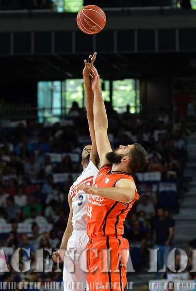 MADRID, ESPAÑA - 11 DE JUNIO DE 2017: Randolph y Dubljevic realizan el saque inicial durante el partido entre Real Madrid y Valencia Basket, correspondiente al segundo encuentro de playoff de la final de la Liga Endesa, disputado en el WiZink Center de Madrid. (Foto: Mateo Villalba-Agencia LOF)