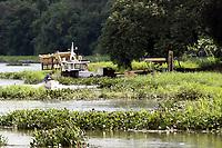 AMERICANA, SP 19.03.2019-REPRESA-A CPFL Renováveis, que mantém uma Pequena Central Hidrelétrica (PCH), esta removendo as macrófitas (aguapés) do reservatório da Represa Salto Grande, na cidade de Americana, interior de São Paulo. A remoção está sendo executada  por meio de um barco-trator, dois caminhões basculantes, dois barcos e uma escavadeira. (Foto: Denny Cesare/Código19)