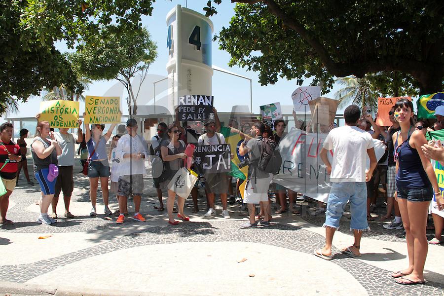 RIO DE JANEIRO; RJ; 24 DE FEVEREIRO 2013 - Manifestantes se reuniram no Posto 4 da praia de Copacabana para exigir a saída de Renan Calheiros da presidência do Senado. FOTO: NÉSTOR J. BEREMBLUM - BRAZIL PHOTO PRESS.
