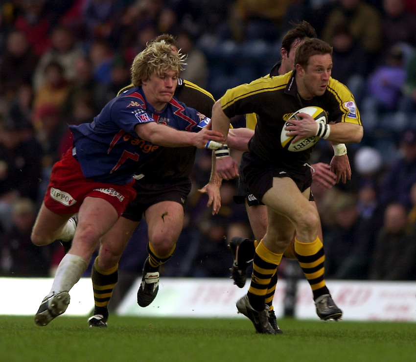 Photo. Richard Lane. .London Wasps v Stade Francais. Parker Pen Challenge Cup. 12/01/2003.Mark Denney breaks away from Remy Martin.