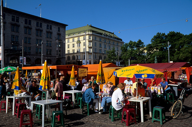 FINLAND, HELSINKI, DOWNTOWN, MARKET PLACE, SIDEWALK CAFE