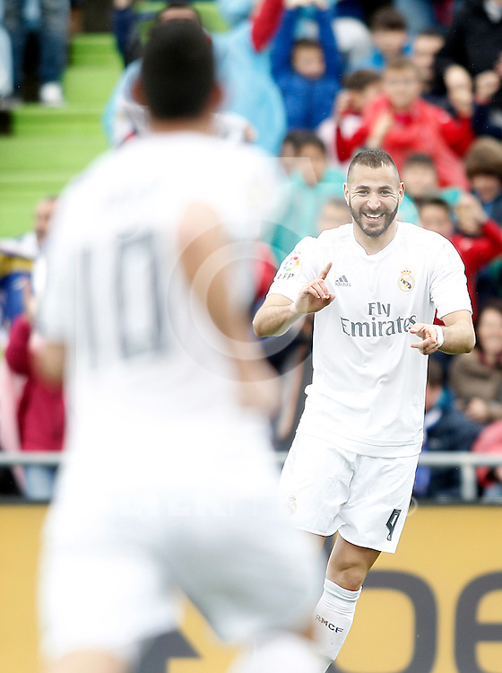Real Madrid's Karim Benzema (r) and James Rodriguez celebrate goal during La Liga match. April 16,2016. (ALTERPHOTOS/Acero)