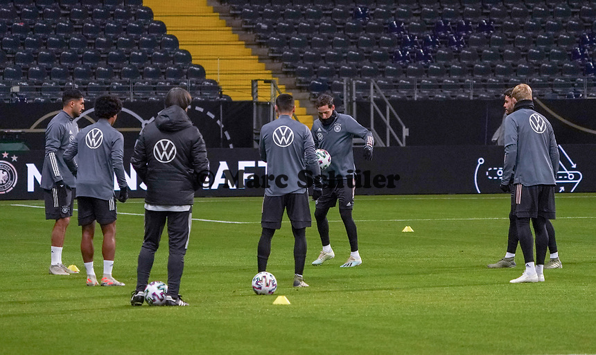 Emre Can (Deutschland Germany), Serge Gnabry (Deutschland Germany), Sebastian Rudy (Deutschland Germany), Julian Brandt (Deutschland Germany) wärmen sich auf - 18.11.2019: Deutschland Abschlusstraining, Commerzbank Arena Frankfurt, EM-Qualifikation DISCLAIMER: DFB regulations prohibit any use of photographs as image sequences and/or quasi-video.