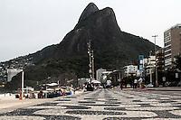 RIO DE JANEIRO; RJ; 27 DE MAIO 2013- Tempo fechado e fortes ondas na praia do Leblon no Rio de Janeiro, nesta segunda-feira 27. FOTO: NÉSTOR J. BEREMBLUM - BRAZIL PHOTO PRESS.