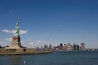 New York, Usa, Giugno 2007. Una veduta della Statua della Libertà con sullo sfondo i grattacieli di Manhattan.