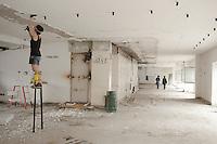 Milano: il collettivo Macao occupa la torre Galfa per farne un centro culturale. I ragazzi ripuliscono gli spazi occupati.