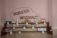 L'Avana, negozio alimentare, scaffali con prodotti industriali  Havana , grocers , shelves with industrial products