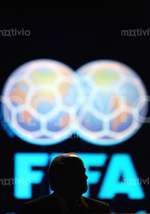 Fussball International 57. FIFA Kongress    Hallenstadion Zuerich Siluette von FIFA Praesident Joseph S. BLATTER vor dem Logo der FIFA auf dem 57. FIFA Kongress in Zuerich.