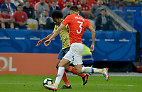 SAO PAULO – BRASIL, 28-06-2019: Juan Cuadrado de Colombia disputa el balón con Guillermo Maripan de Chile durante partido por cuartos de final de la Copa América Brasil 2019 entre Colombia y Chile jugado en el Arena Corinthians de Sao Paulo, Brasil. / Juan Cuadrado of Colombia vies for the ball with Guillermo Maripan of Chile during the Copa America Brazil 2019 quarter-finals match between Colombia and Chile played at Arena Corinthians in Sao Paulo, Brazil. Photos: VizzorImage / Julian Medina / Cont /