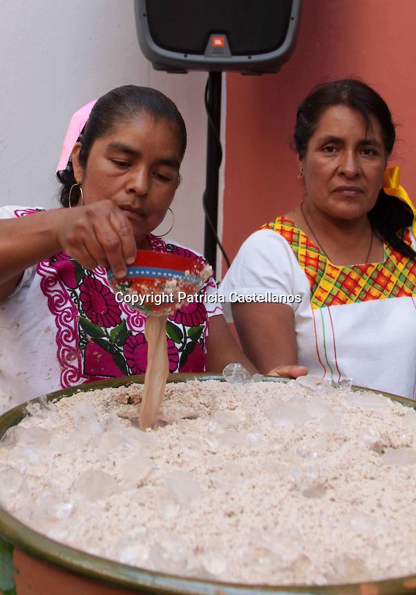 Oaxaca de Ju&aacute;rez. 02 de abril de 2014. -  En rueda de medios, autoridades de San Andr&eacute;s Huayapam acompa&ntilde;ados de representantes de la Secretar&iacute;a de Turismo y Desarrollo Econ&oacute;mico (STyDE), anunciaron la pr&oacute;xima realizaci&oacute;n de la &ldquo;XV Feria del T&eacute;jate&rdquo; en dicha comunidad, misma que se llevara a cabo el 13 de abril.<br /> <br />  <br /> <br /> A decir del presidente municipal de Huayapam, Paulino Luciano Hern&aacute;ndez, en esta expo-muestra se ofrecer&aacute; al p&uacute;blico en general, la bebida ancestral elaborada con cacao denominada &ldquo;T&eacute;jate&rdquo; as&iacute; como otros productos derivados del mismo, tales como: el nicuatole, la nieve, las galletas, el pastel y los tamales.<br /> <br />  <br /> <br /> Cabe destacar que esta feria es la m&aacute;s importante de la regi&oacute;n, en la cual se re&uacute;ne la gastronom&iacute;a, tradiciones y costumbres de la poblaci&oacute;n, as&iacute; mismo, se posiciona como una festividad llena alegr&iacute;a.<br /> <br /> Foto: Patricia Castellanos / Obture Press Agency.