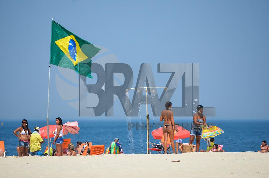 ATENCAO EDITOR: FOTO EMBARGADA PARA VEICULOS INTERNACIONAIS. - RIO DE JANEIRO, RJ,19 DE SETEMBRO 2012 - CLIMA TEMPO NA CAPITAL FLUMINENSE-Movimentacao na Praia de Copacabana, manha de sol e muito calor em Copacabana, zona sul do Rio de Janeiro.(FOTO: MARCELO FONSECA / BRAZIL PHOTO PRESS).