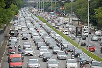 SÃO PAULO, SP, 09.12.2016 - TRANSITO-SP: Trânsito na Av. 23 de Maio, próximo ao Parque do Ibirapuera, zona sul de São Paulo, na tarde desta sexta-feira, 09. (Foto: Levi Bianco\Brazil Photo Press\Folhapress) SÃO PAULO, SP, 09.12.2016 - TRANSITO-SP: Trânsito na Av. 23 de Maio, próximo ao Parque do Ibirapuera, zona sul de São Paulo, na tarde desta sexta-feira, 09. (Foto: Levi Bianco\Brazil Photo Press)