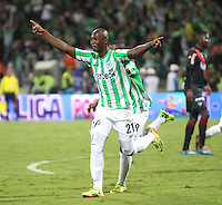 MEDELLÍN -COLOMBIA-21-05-2014. John Valoy  de Nacional celebra un gol anotado a Atlético Junior durante partido de vuelta por la final de la Liga Postobón I 2014 jugado en el estadio Atanasio Girardot de la ciudad de Medellín./ Atletico Nacional Player John Valoy celebrates a goal scored to Atletico Junior during the second leg match for the final of the Postobon League I 2014 at Atanasio Girardot stadium in Medellin city. Photo: VizzorImage / Felipe Caicedo / Staff