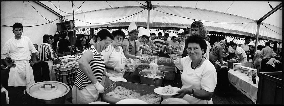 Europe/France/Alsace/67/Bas-Rhin/ Krautergersheim: Lors de la Fête de la Choucroute- service de la choucroute dans les cuisines  du chapiteau